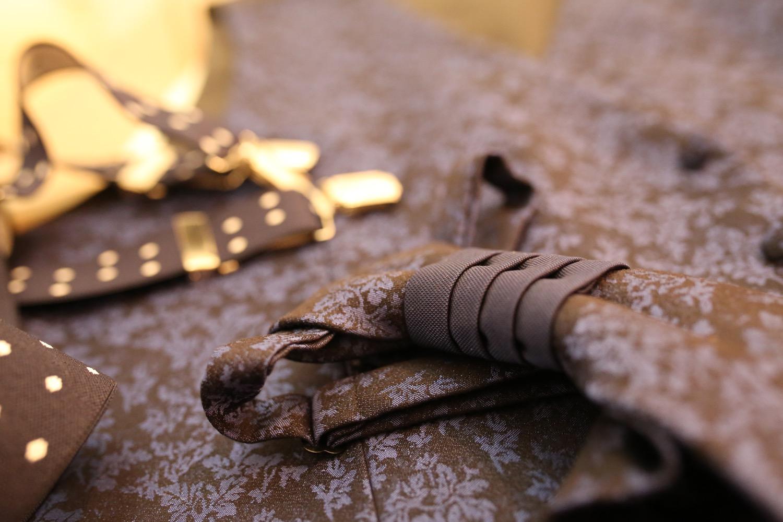 la corbata del novio en la boda de Sevilla